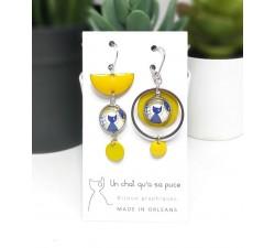 Boucles d'oreilles asymétriques créoles et demi-lune jaunes motif chat bleu
